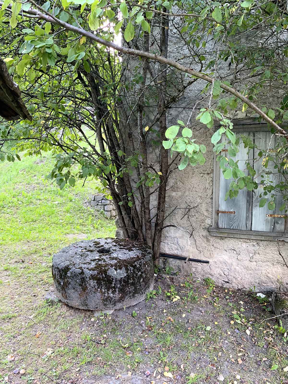 Lozzo di Cadore - macina di pietra