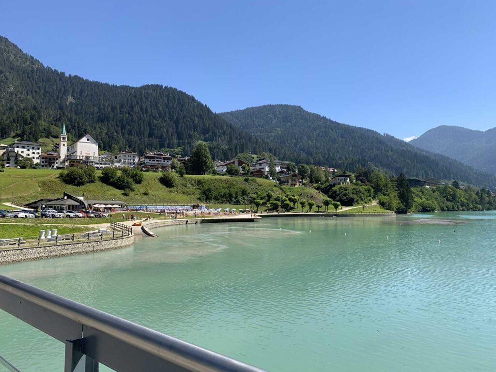 Lago Auronzo vista del ponte Transacqua spiaggia delle Dolomiti